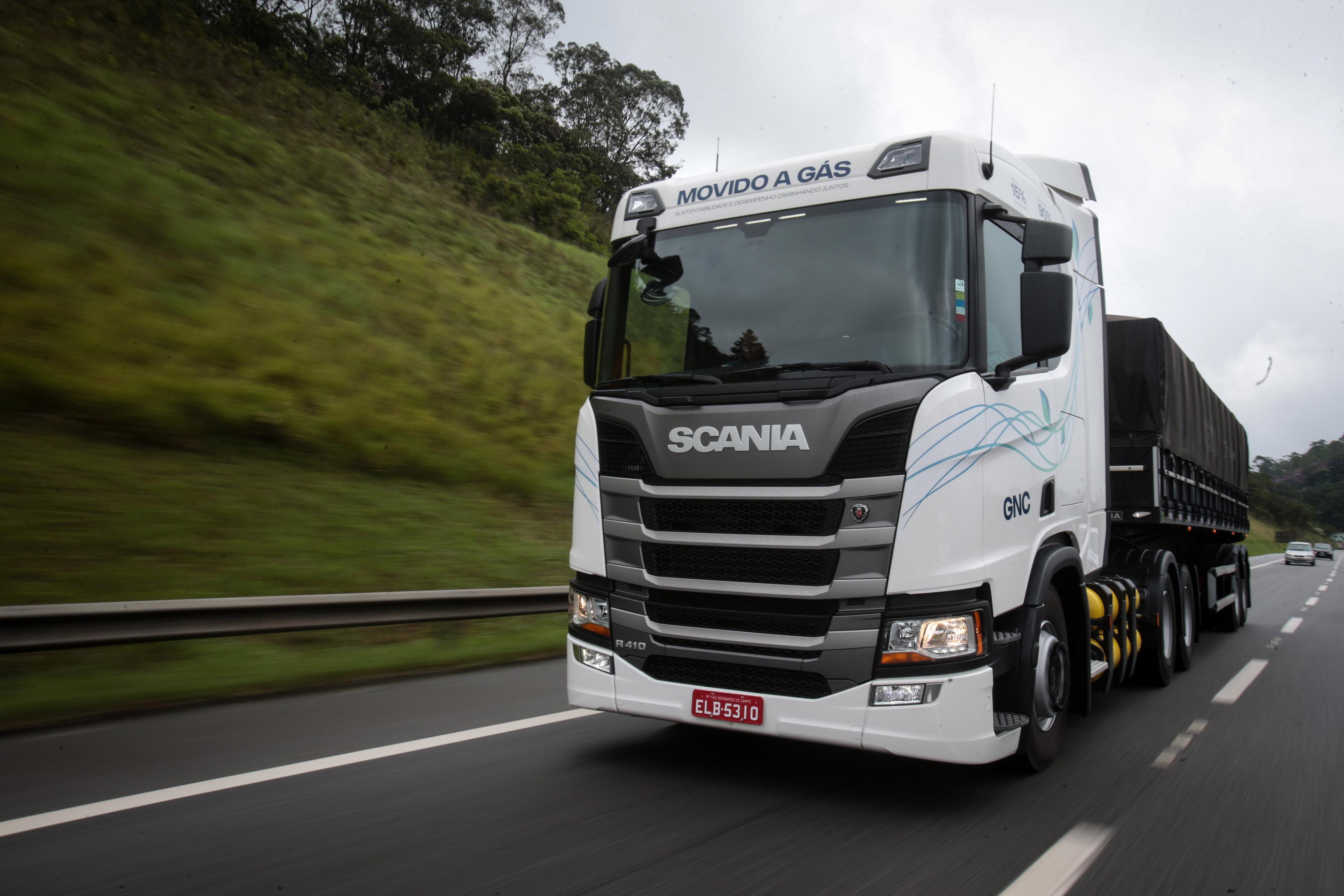 O motor do caminhão Scania a gás faz as mesmas entregas de potência e torque se comparado ao diesel.