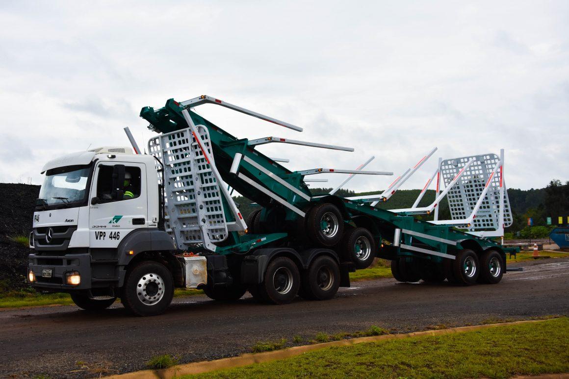 O bitrem dovrável começou a rodar esta semana no transporte florestal da Klabin, no Paraná